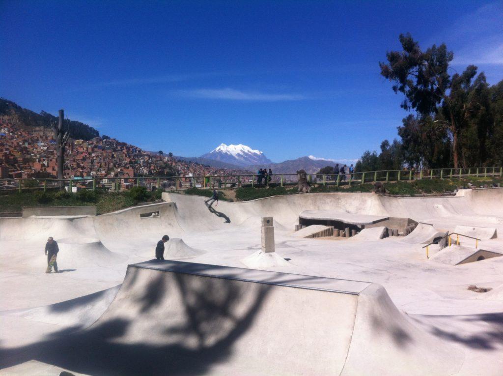 Vue sur l'Illimani depuis le skatepark Pura Pura à la Paz, Bolivie.