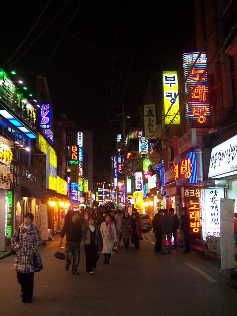 Balade du soir dans une rue animée de Séoul